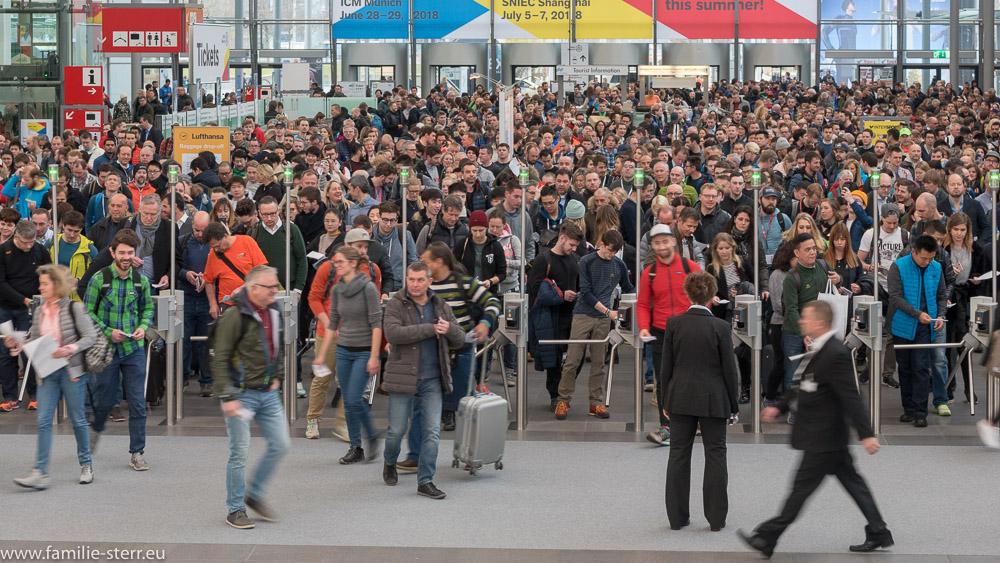 die ersten Besucher passieren die Drehkreuze am Eingang West zur ISPO 2018