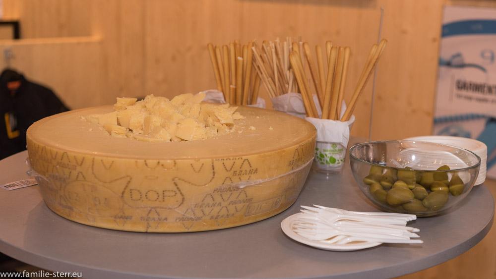 Parmesan Käse und Oliven warten auf Besucher an diesem Stand eines italienischen Ausstellers