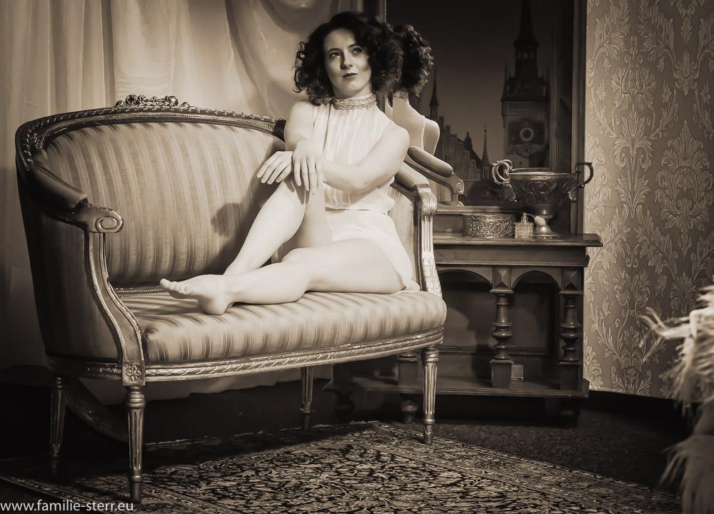 Porträt im Stil der 20er Jahre / Anna auf einem alten Sofa vor einem historischen Spiegel