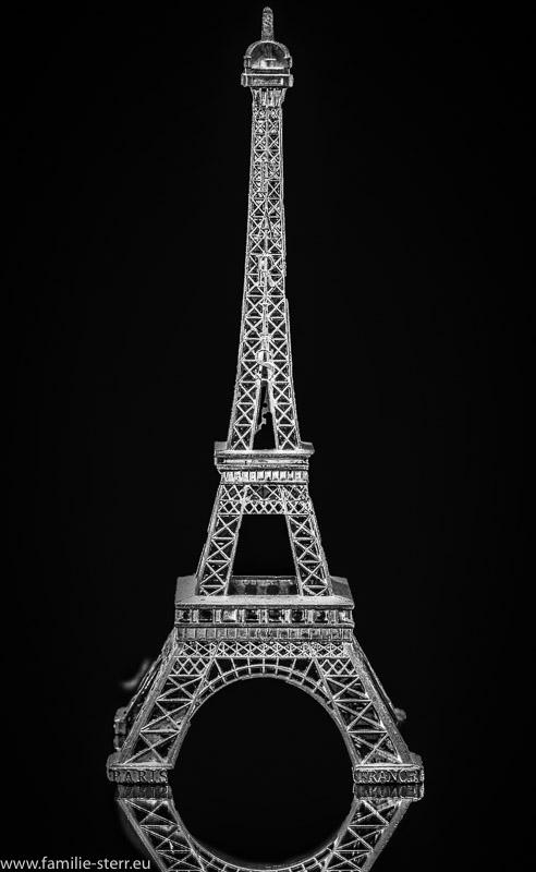 Modell des Eiffelturms in schwarz-weiß