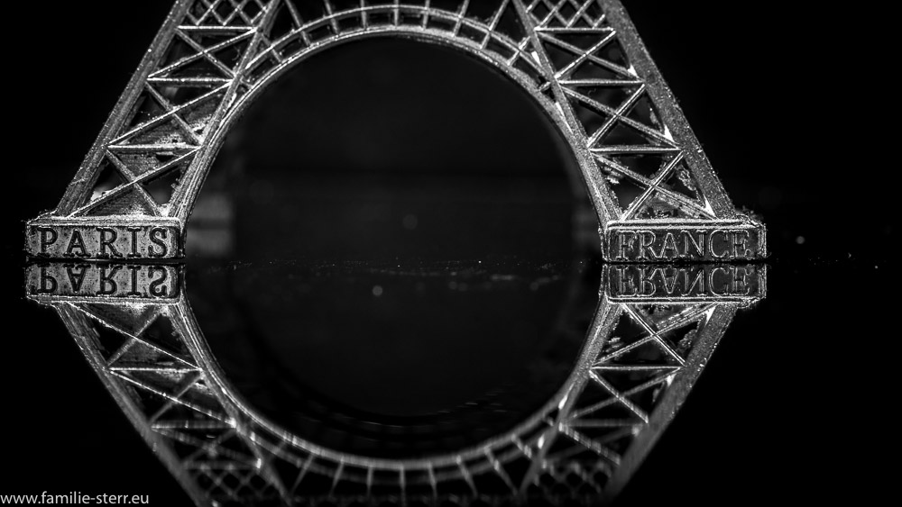 Basis des Modell des Eiffelturms in schwarz-weiß