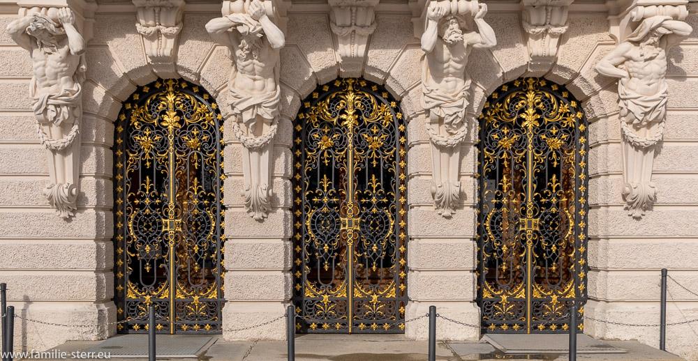Das Eingangsportal zum königlichen Schloss Linderhof