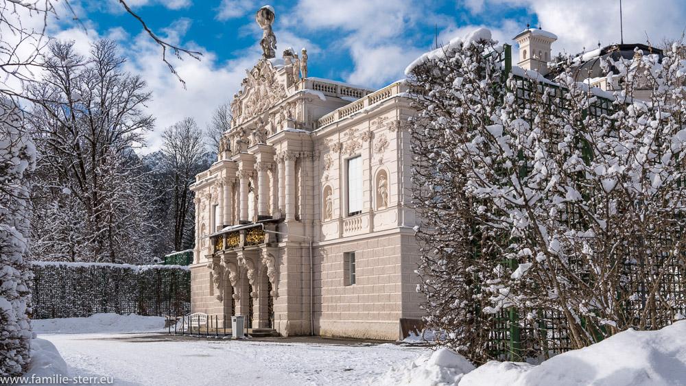 seitlicher Blick auf die Fassade von Schloss Linderhof