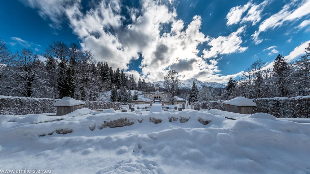 Wasserparterre, Terrassengärten und Venustempel im schneebedeckten Park von Schloss Linderhof