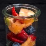 Glas gefüllt mit frischem Obstsalat