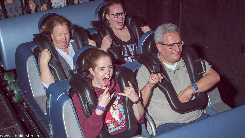die ganze Familie am Start in den Rockin Roller Coaster