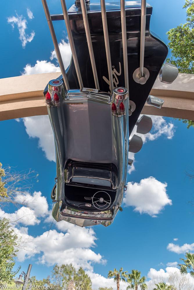 Überkopf hängende Limousine am Eingang zum Rockin Roller Coaster