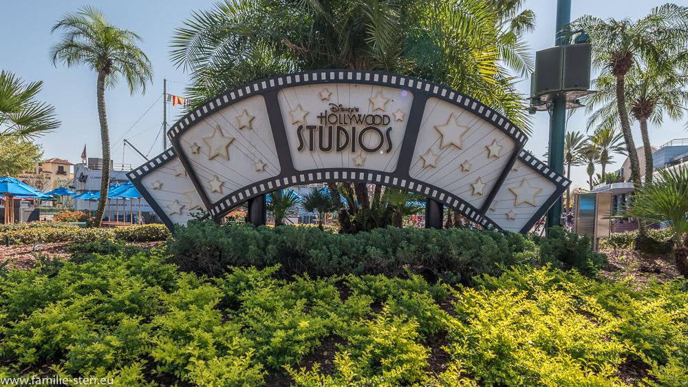 """Stilisierte Filmrolle mit Beschriftung """"Disney's Hollywood Studios"""" am zentralen Platz des Themenparks"""