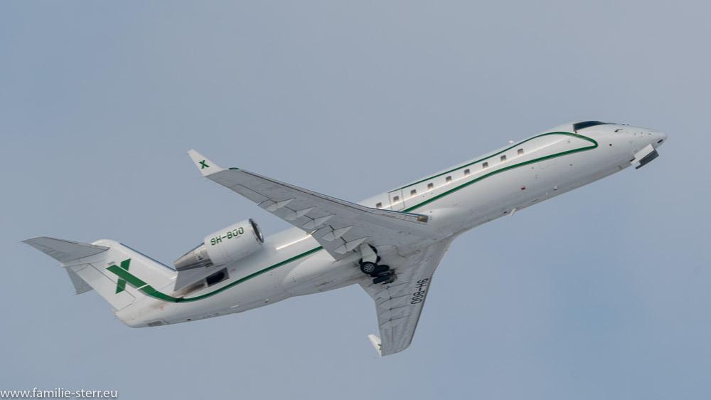 Air X Bombardier Challenger 850 beim Start am Flughafen München
