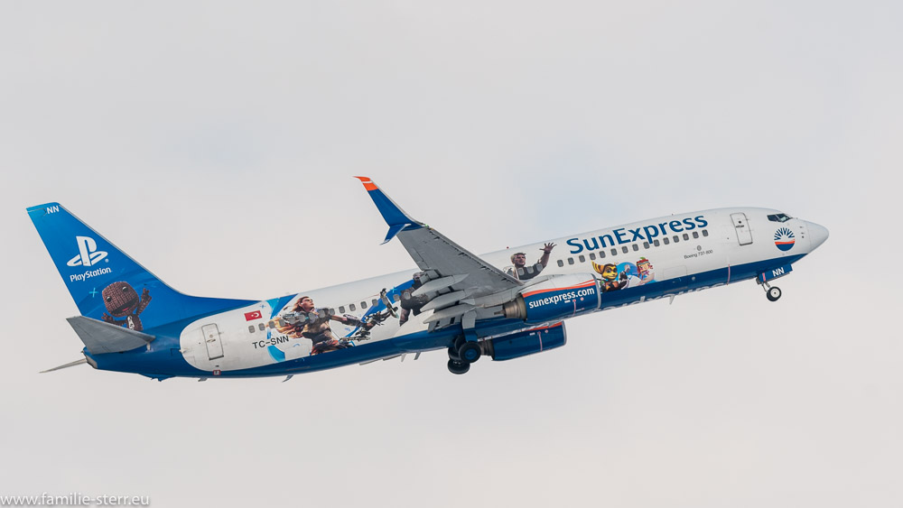 Sun Express Boeing B 737-8hHC (TC-SNN) mit Playstation - Bemalung am Flughafen München