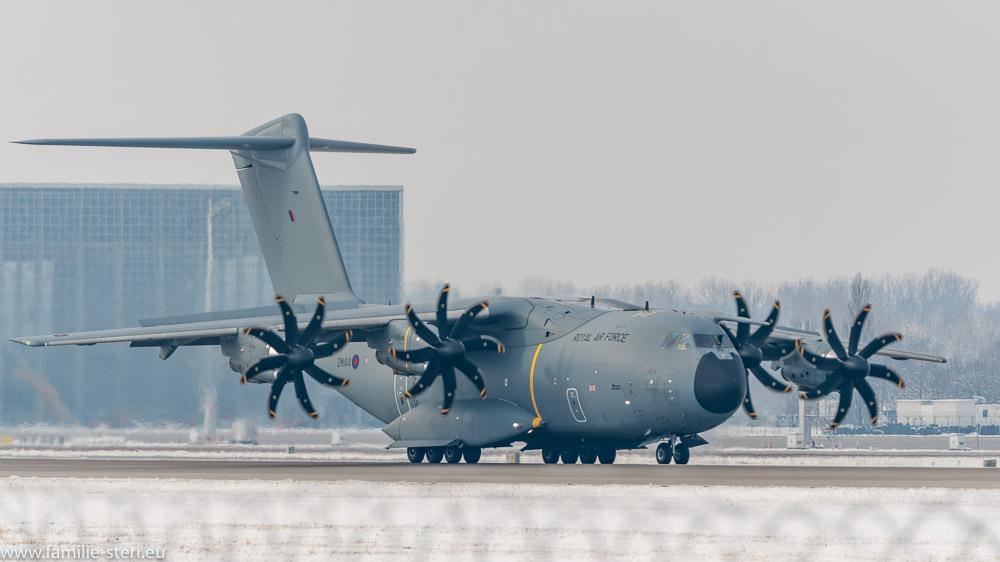 Royal Air Force Airbus A400M-180 ZM-414 bei der Landung am Flughafen München