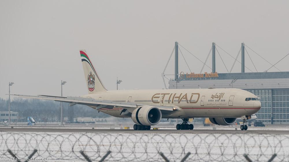 Etihad Boeing B777-300ER nach der Landung am Flughafen München