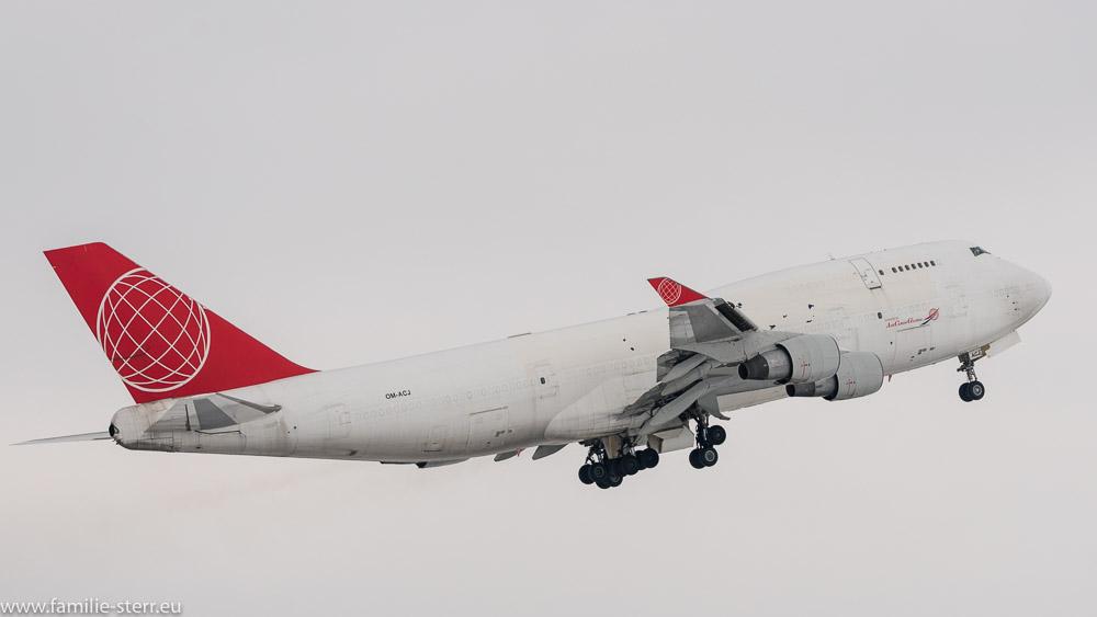 Frachtjumbo Air Cargo Global Boeing B747-433 OM-ACJ am Flughafen München