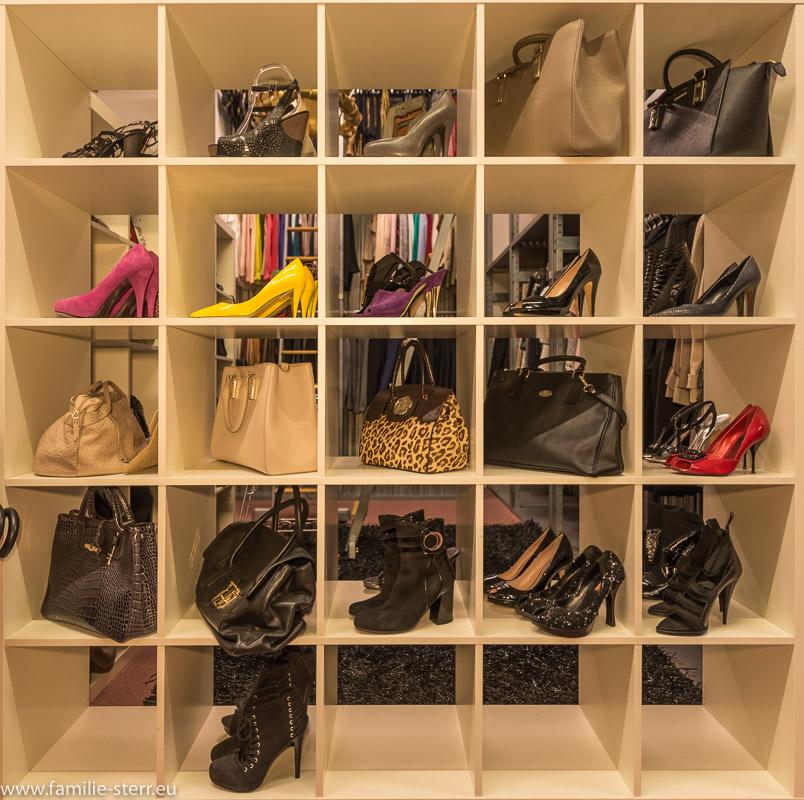 Regal mit Schuhen und Taschen im Fundus der Bavaria Studios München