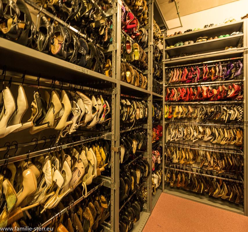 Regalwände voller Damenschuhe im Fundus der Bavaria Studios