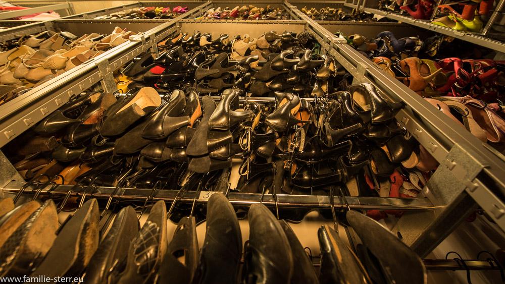 Schuhregal mit Damenschuhen im Fundus der Bavaria Studios