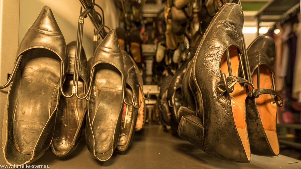 Regalreihe mit schwarzen Damenschuhen im Fundus der Bavaria Studios München