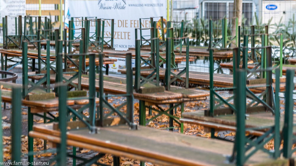 Zusammengestellte Bierbaänke in einem Biergarten am Viktualienmarkt in München