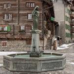 Brunnen auf dem Dorfplatz von Vals in Graubünden