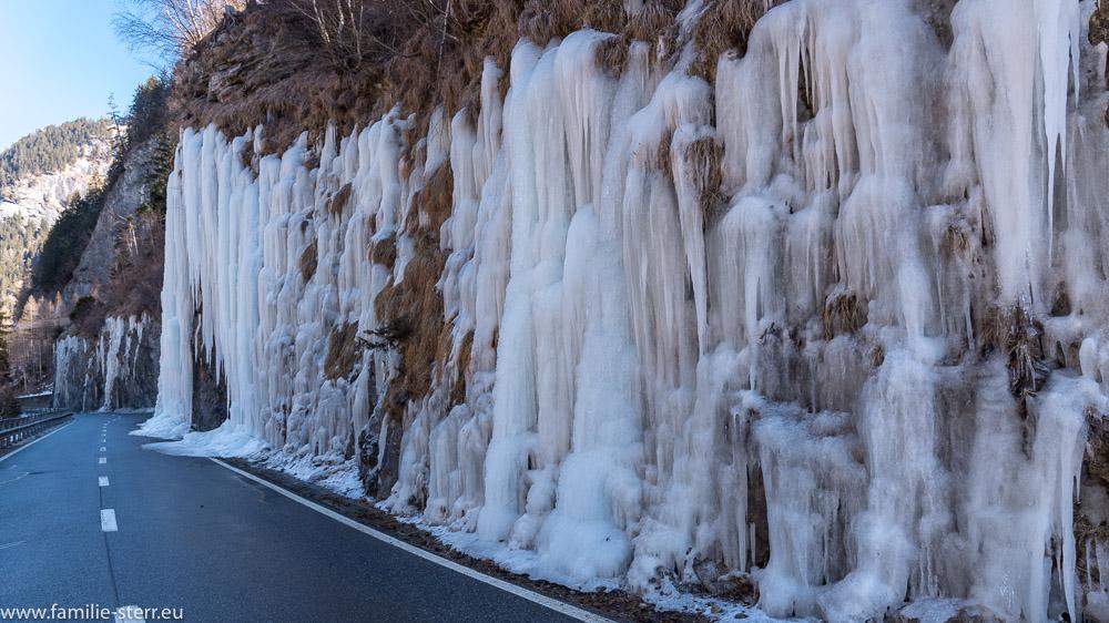 Eiszapfen an der Straße durch die Viamala - Schlucht