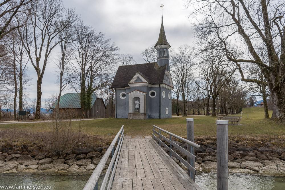 Blick über den Steg auf die Seekapelle Hl. Kreuz auf der Herreninsel im Chiemsee