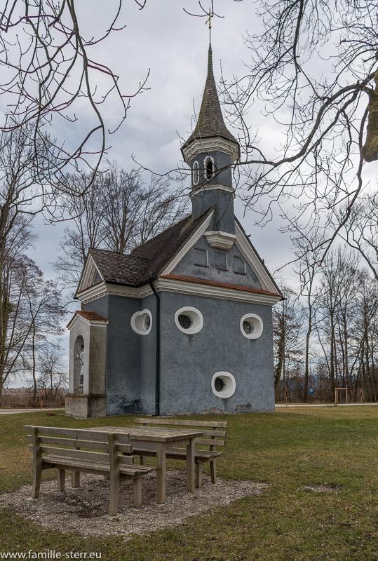 Picknicktisch vor der Seekapelle Hl. Kreuz auf Herrenchiemsee