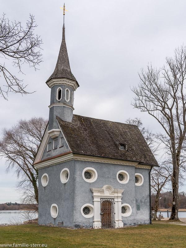 Blick auf die Seekapelle Hl. Kreuz in Richtung auf den Chiemsee und Urfahr