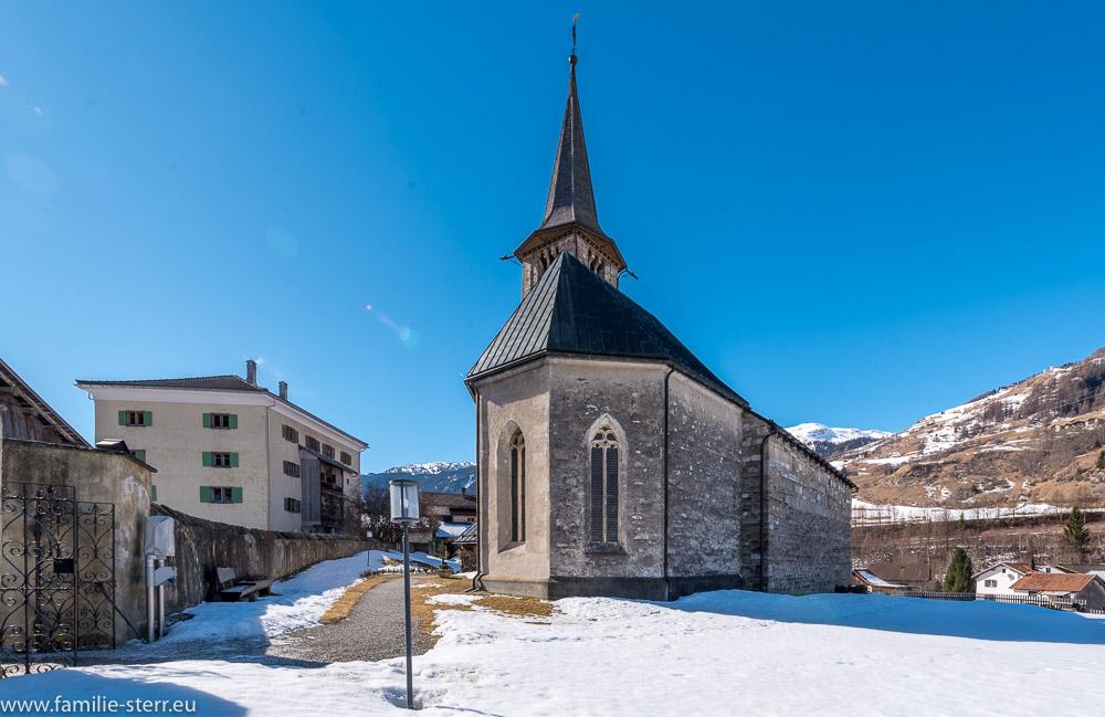 Die St. Martin - Kirche in Zillis im schneebedeckten Friedhof