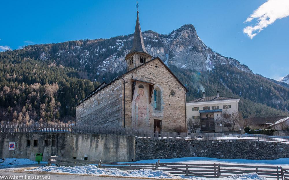 romanische Saalkirche St. Martin in Zillis in Graubünden im strahlenden Sonnenschein