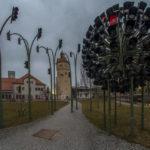 Ampelkunstwerk im Innenhof der Zentrale der Stadtwerke München mit der Gaszählerwerkstatt und dem Wasserturm im Hintergrund