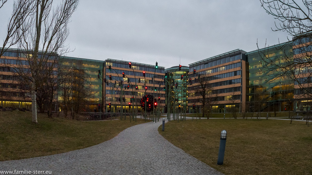 Innenhof der SWM Zentrale München vom der Gaszählerwerkstatt aus mit Blick auf Haupteingang und Ampelkunstwerk