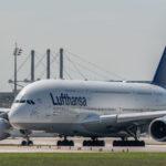 Airbus A380 der Lufthansa rollt auf die nördliche Startbahn am Flughafen München