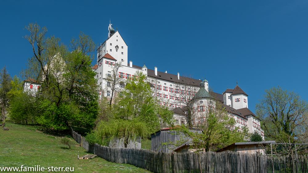die beeindruckende Burg Hohenaschau von der Falknerei unterhalb aus gesehen