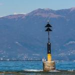 """Gefahrenzeichen """"Nord"""" am Gardasee / Strand von Sirmione"""