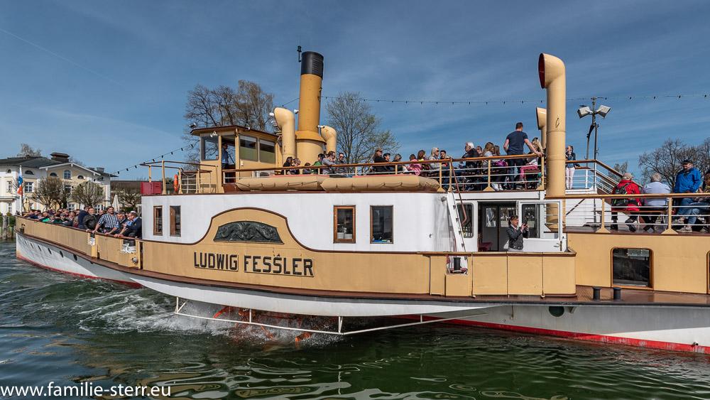 die Ludwig Fessler bei der Ausfahrt aus dem Hafen von Prien
