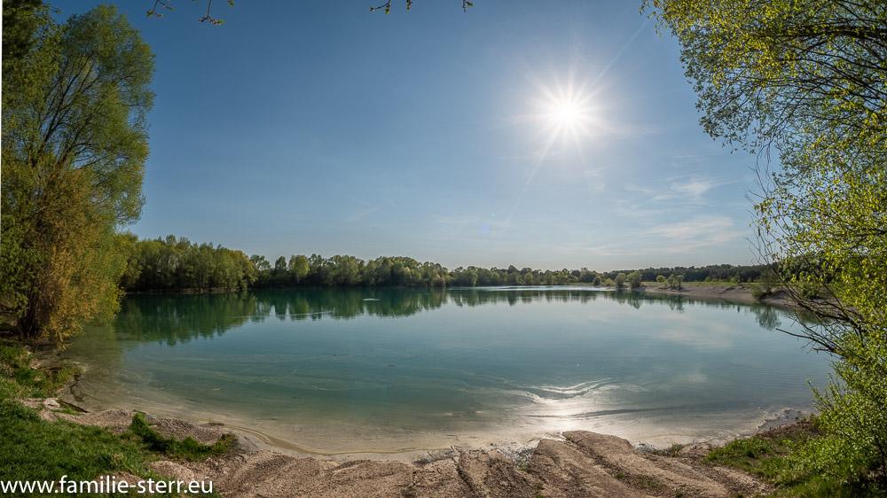 spätnachmittägliche Sonne strahlt über den Mallertshofer See