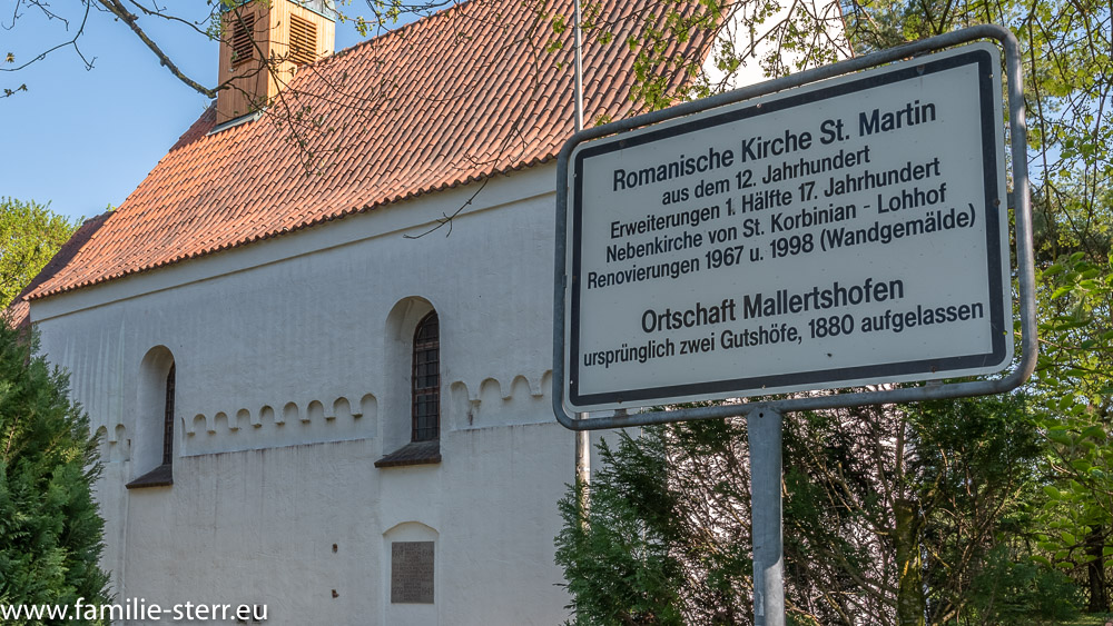 Schild vor der Kirche St. Martin - das letzte verbliebene Gebäude von Mallertshofen