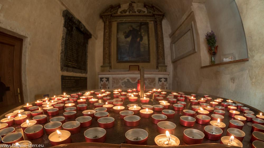 Gedenkkerzen vor einem Seitenaltar der Kirche San Pietro in Mavino in Sirmione