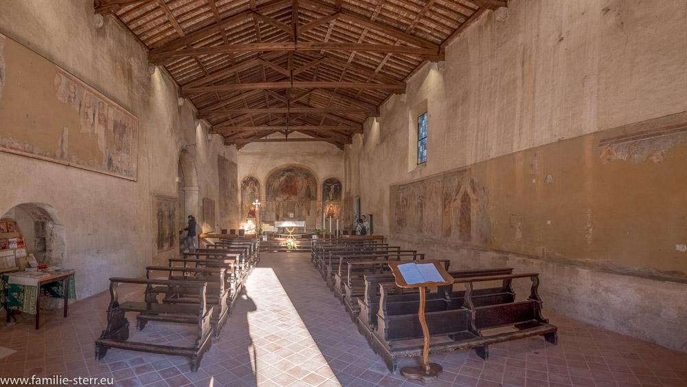 Abendsonne fällt durch das Portal in den Kirchensaal der Kirche San Pietro in Mavino