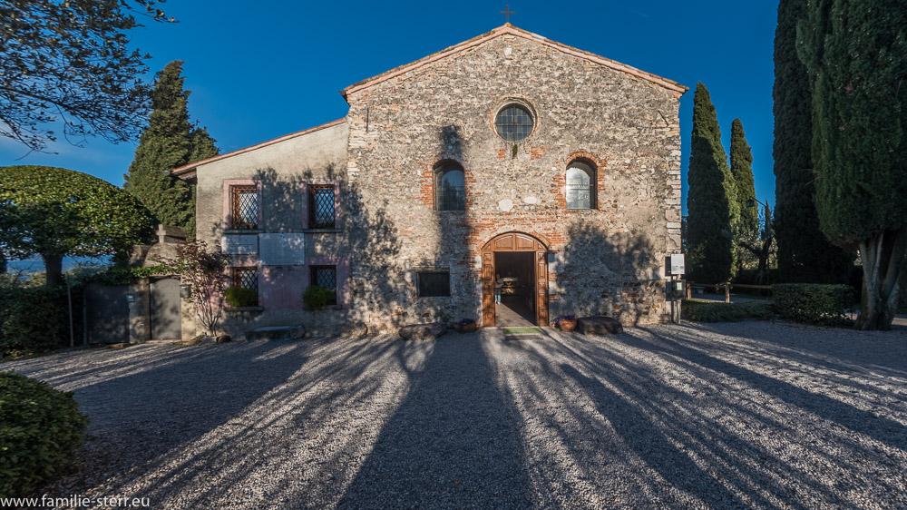 Fassade der Kirche San Pietro in Marino in Sirmione in der Abendsonne