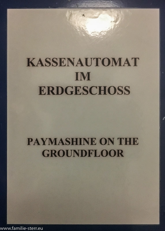 "Schild ""paymashine on the ground floor"""