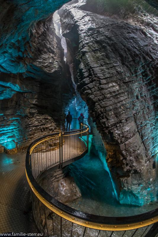 verschlungener Steg zur unteren Grotte der Varone - Wasserfälle