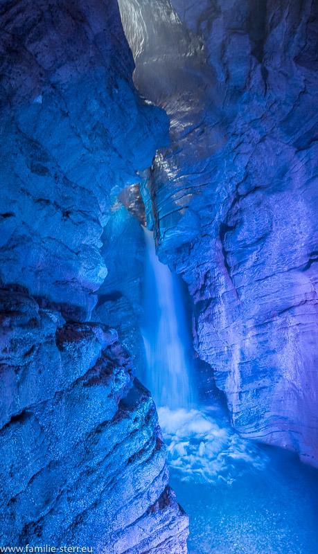 der Wasserfall in der unteren Grotte in blau beleuchtet