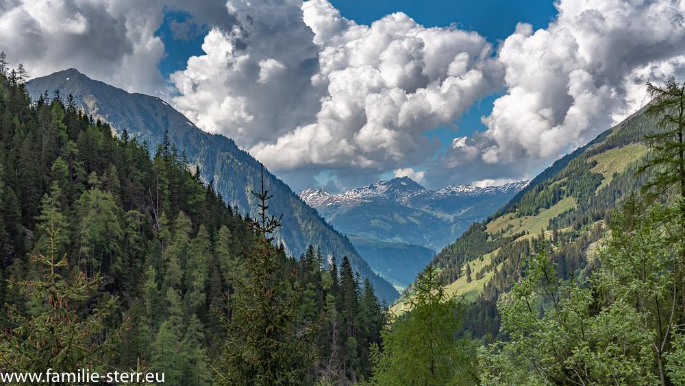 Blick von einer Kehre der Stubachtal - Panoramastraße durch das Tal in die Berge
