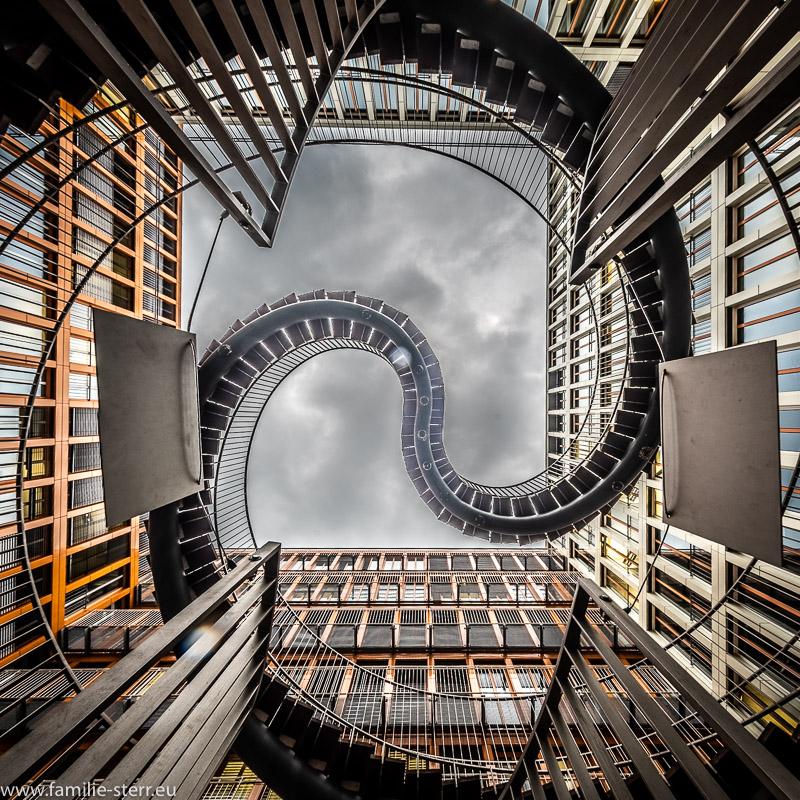 die endlose Treppe im KPMG Innenhof in München von unten gesehen
