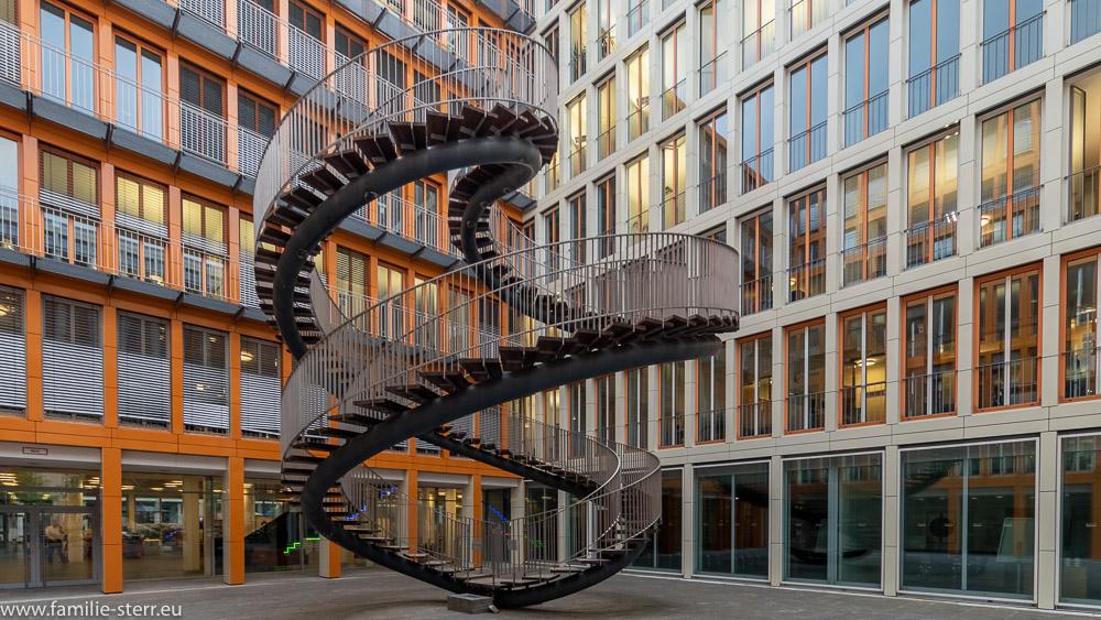 Die endlose Treppe im Innenhof der KPMG in München
