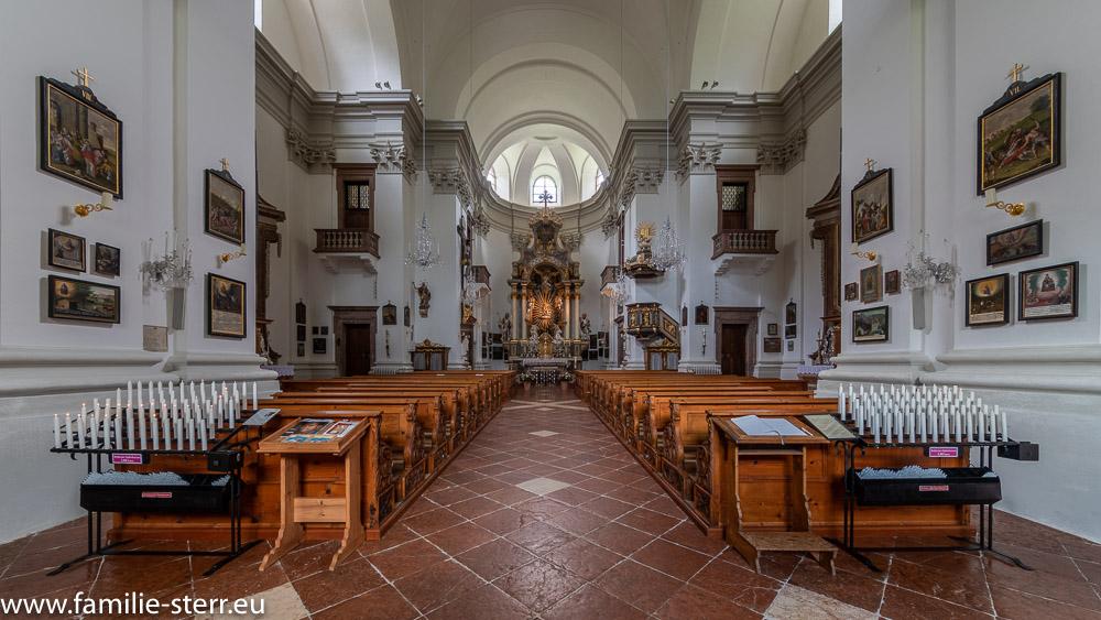 Kirchenschiff der Kirche Maria Kirchental mit zahlreichen Votivtafeln und Hochaltar