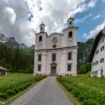 Die Wallfahrtskirche Maria Kirchental vor den Lofer Steinbergen