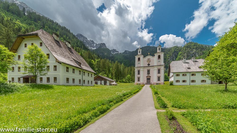 Wallfahrtskirche und die beiden Gästehäuser Maria Kirchental vor den Lofer Steinbergen