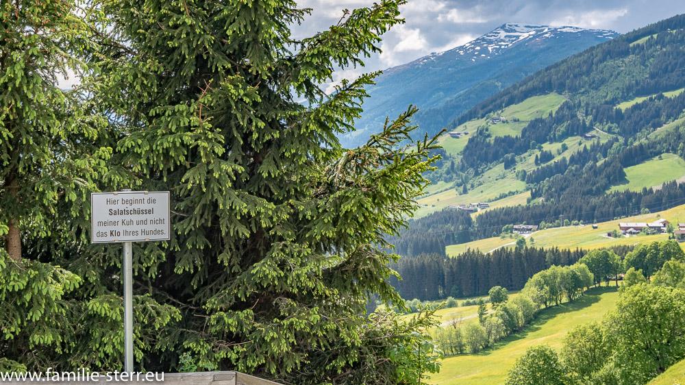 """Schild """"Salatschüsseln nicht Klo"""" an der Pass Thurn Bundesstraße in Österreich"""